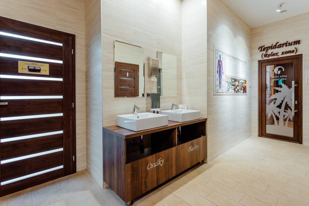 Dress room, šatňa, sprcha, zrkadlo, umývadlo, podlaha